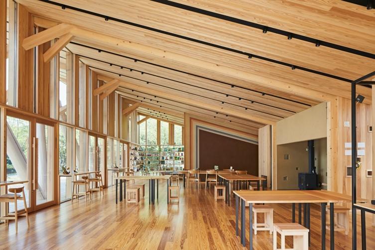 意匠原案:隈 研吾〈森林総合教育センター(morinos モリノス)〉