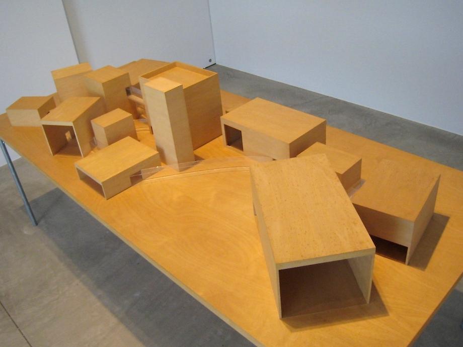 西沢建築設計事務所「十和田市現代美術館 模型」(2014年十和田市現代美術館 企画展「妹島和世+西沢立衛 SANAA展」にて撮影)photo: en