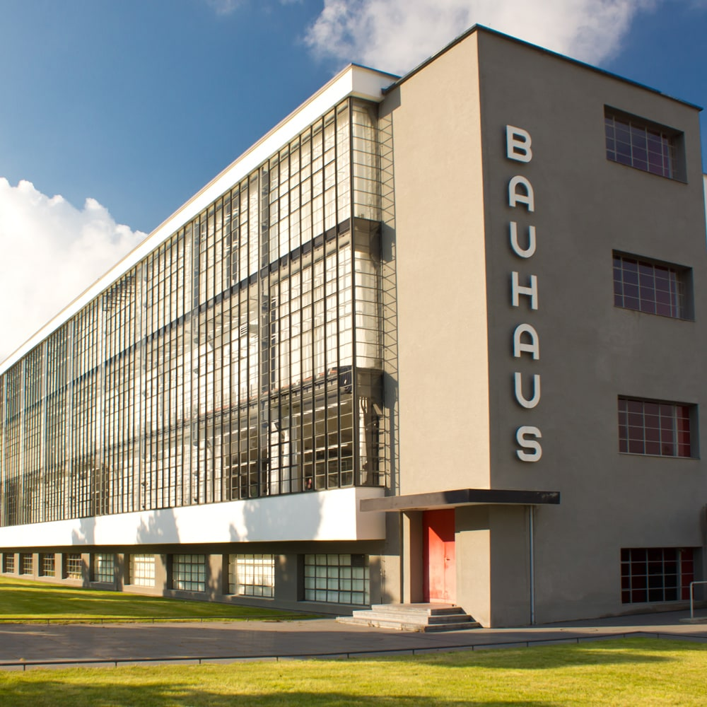 初代校長ヴァルター・グロピウスが手がけた〈バウハウス校舎〉外観(ドイツ、デッサウ)