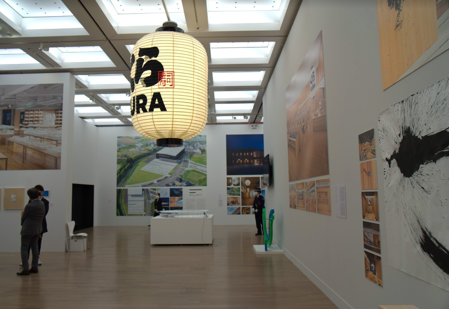 佐藤可士和展会場〈くら寿司 浅草ROX店〉の展示エリア