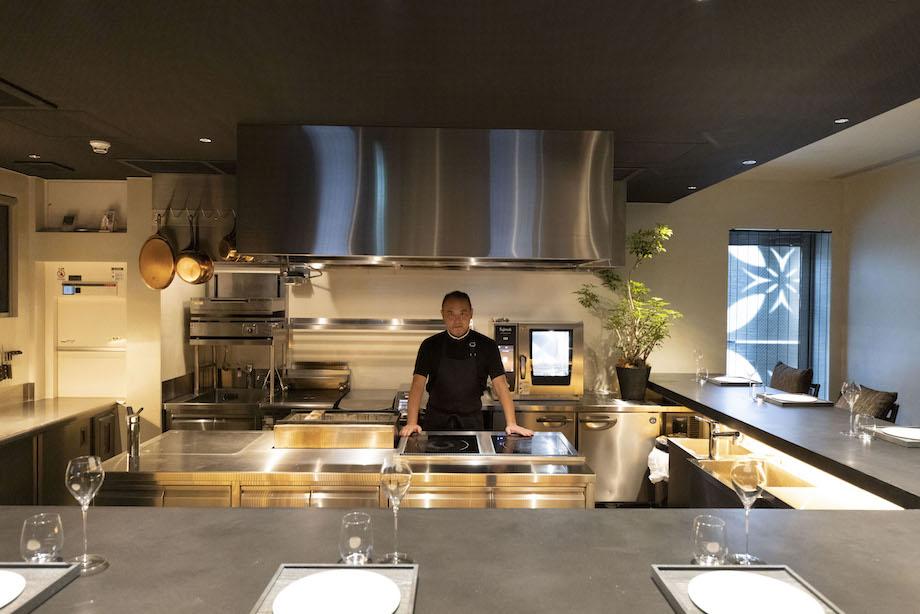 神田錦町〈naoto.K〉店内と厨房に立つ岸本シェフ